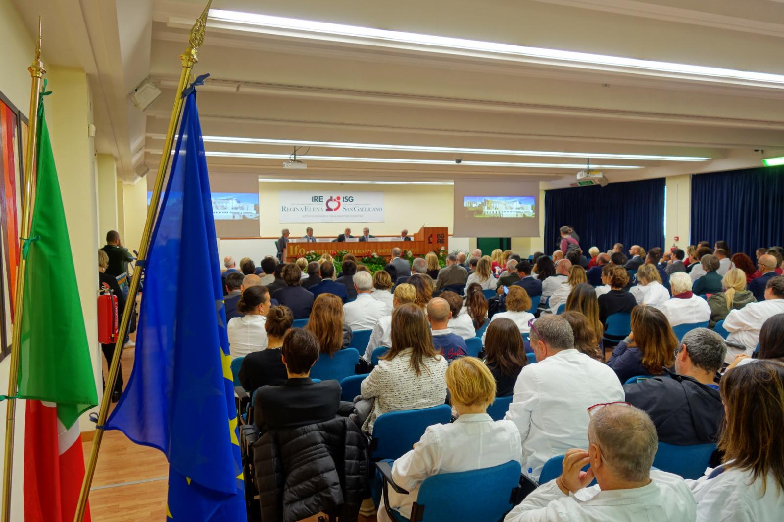 Foto del centro congressi alla presentazione del centro di fase 1 degli IFO