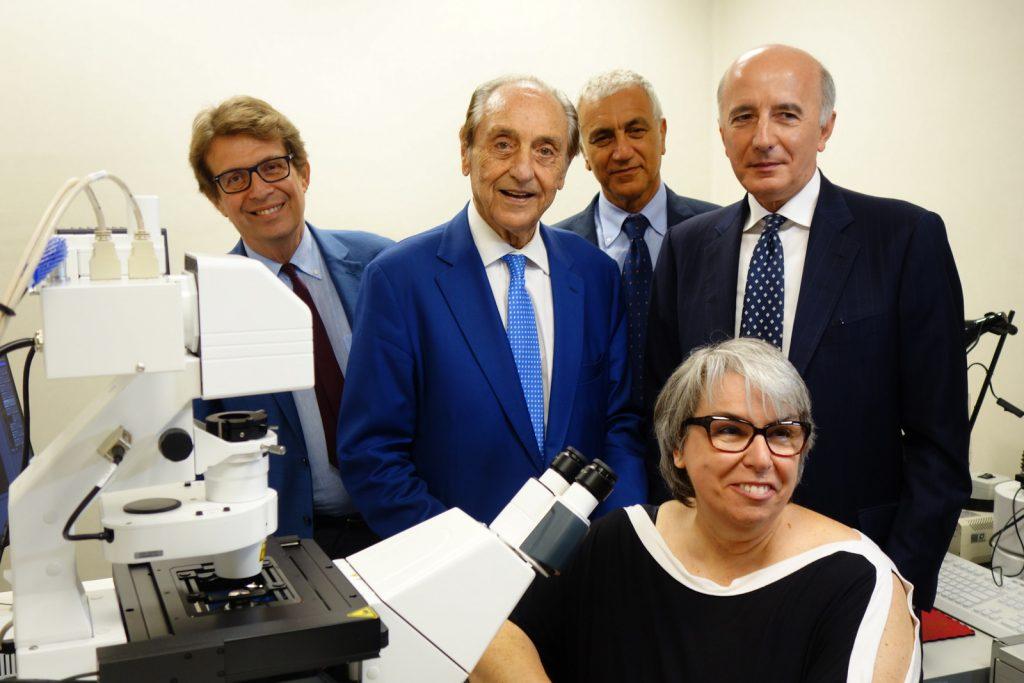 Foto gruppo inaugurazione microscopio confocale